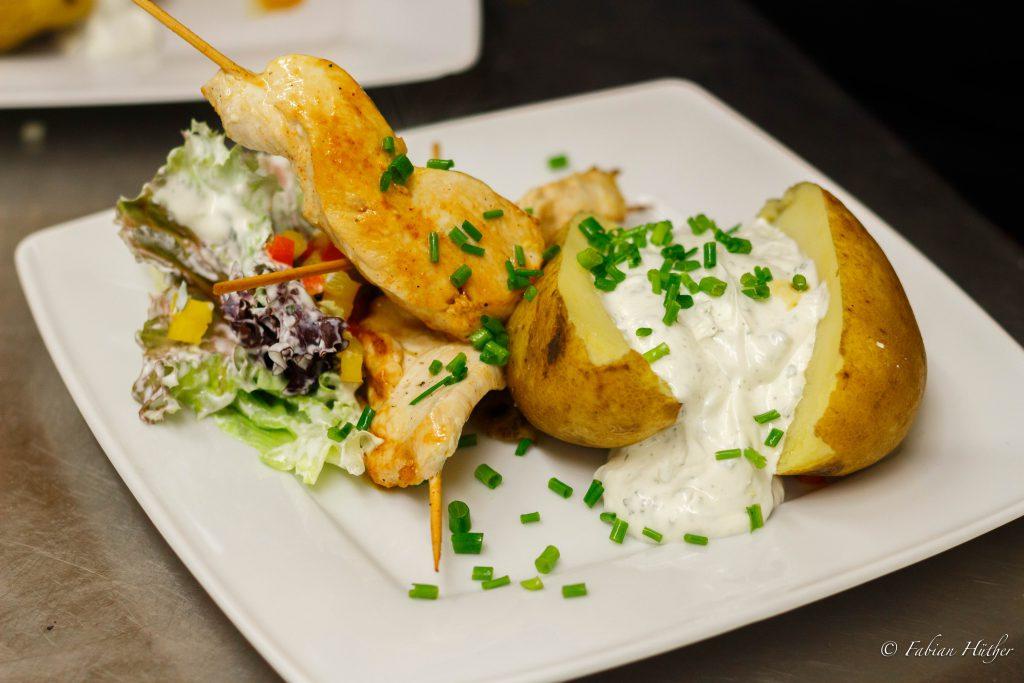 Ofenkartoffel mit Kräuterquark, Hähnchenspieß & Salatgarnitur
