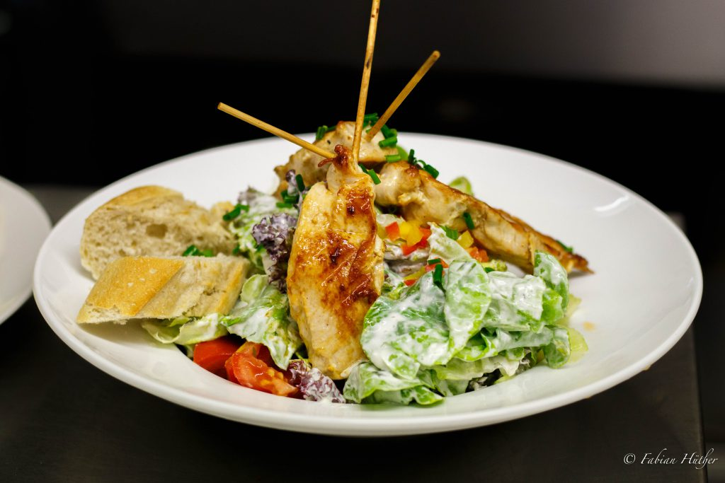 Wohlfühlsalat Salate der Saison, Hähnchenspieße und Baguette